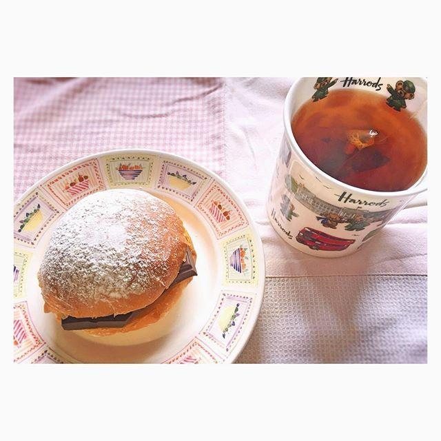 guayaquil_riobravo#お昼ごはん は#手作り #豆乳パン で#チョコサンド #紅茶 は#NAVARASA のテオペラ(多分w)#チョコ は#idilio の#12 だよ〜がっつり挟んでみた☆幸せ☆ 勢いで焼く時に粉かけすぎたやつ#豆乳 でしっとりもっちり〜…ってよく言うがそうでもないw正直牛乳使った方がふんわりする気がするw健康志向うたった感じの物って大概なんか微rywwヘルシー系食べて美味しい!って言ってる人いるけど絶対無理やり言ってると思うw低糖質系パンとかパサパサでなんか変な味すると思うんだけどダイエット中の人は美味しい!!!って絶賛してたwあと代替甘味料使ったチョコあるけどなんか慣れないからか変な甘さに感じる… あ、別に豆乳自体は好きだよ!◯文の謎の味ついたやつは苦手だがwペプシ並みに地雷フレーバー出してくるの見てて面白いけど☆グレープフルーツ?かなんか果物系飲んで撃沈した記憶がwww普通のでいいよ… #お昼ごパン #昼食 #パン作り #手作りパン #おうちごはん #お家ごはん #お家カフェ #おうちカフェ #パン好き #パン #チョコレート…