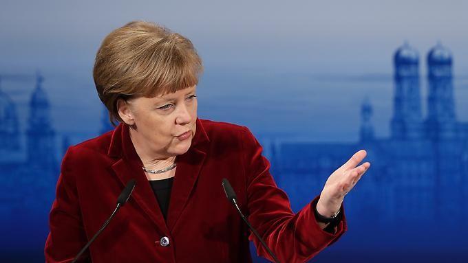 """Vermittlerin im Ukraine-Konflikt: Merkel """"aus vielen Gründen in prominenter Position"""" Erster Erfolg vor Krisengipfel - Vor dem geplanten Krisentreffen in Minsk am Mittwoch wird im Kriegsgebiet am heftig gekämpft. Unterdessen sitzt eine internationale Kontaktgruppe zusammen und erzielt einen ersten Erfolg. In einem Telefonat zwischen Putin und Obama fordert der US-Präsident Russland auf, """"die Souveränität und die territoriale Integrität"""" der Ukraine zu achten. - ntv 10.Februar"""