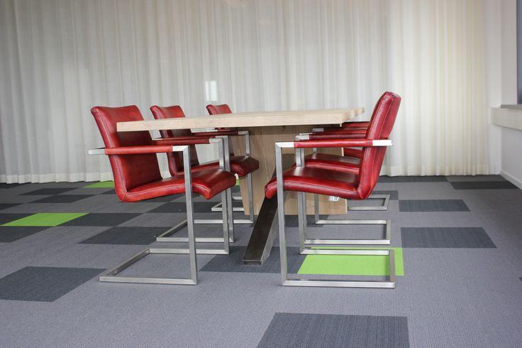 Eetkamerstoel Rotterdam een stoere comfortabelle stoel met RVS frame. Natuurlijk ook uitermate geschikt als vergaderstoel voor op kantoor. Stoel uitvoerbaar in diverse stof en leersoorten.