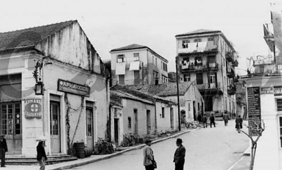 Δείτε όψη από την οδό Σχολεμβούργου στην Κέρκυρα στο παρελθόν μέσα από μία σπάνια φωτογραφία του συλλέκτη Νίκου Δεσύλλα.