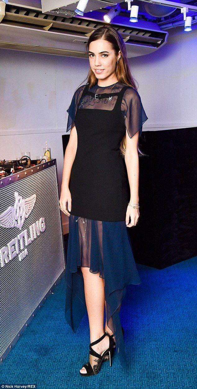 Modèle britannique Ambre Ambre Le Bon Le Bon à un lancement de Super Marine Breitling regarder dans une soirée formelle petite robe mulet noir