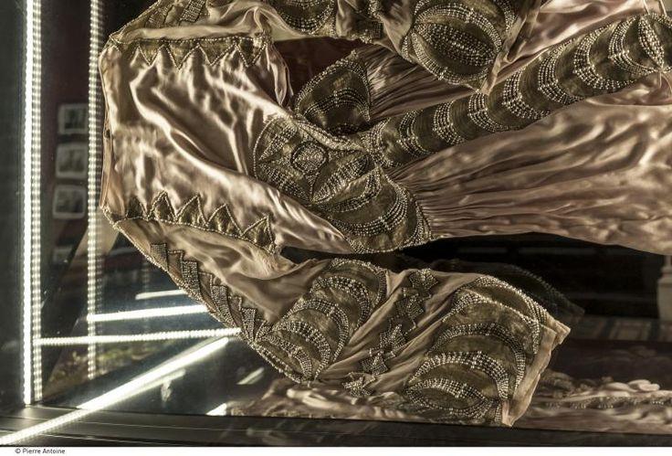 Jeanne Lanvin. Du 8 mars au 23 août 2015. Palais Galliera Paris. Carnets de voyages, échantillons de tissus ethniques, bibliothèque d'art, Jeanne Lanvin n'aura de cesse de cultiver sa curiosité pour créer ses tissus, motifs et couleurs exclusifs.  #Budapest #Lechner #AppliedArts http://www.palaisgalliera.paris.fr/fr