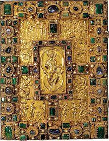 Plaque supérieure du CODEX AUREUS DE ST EMMERAN: Il a été commandé par Charles Chauve qui est représenté assis sur son trône sous un baldaquin au folio 5 verso, entouré de ses écuyers et des figures de Francia et de Gotia lui remettant des présents. Il a été offert par le roi ARNULF DE CARINTHIE à l'abbaye St Emmeran de Ratisbonne vers 893, dont l'abbé RAMWOLD le fit restaurer par ADALPERTUS un siècle plus tard.
