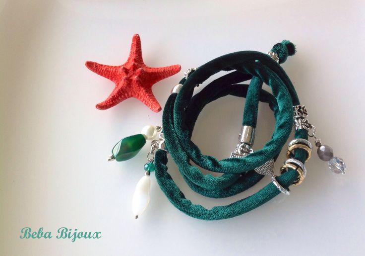 Bracciale in Velluto color verde acceso,con distanziatori color argento, anellini color argento e oro e pietre.