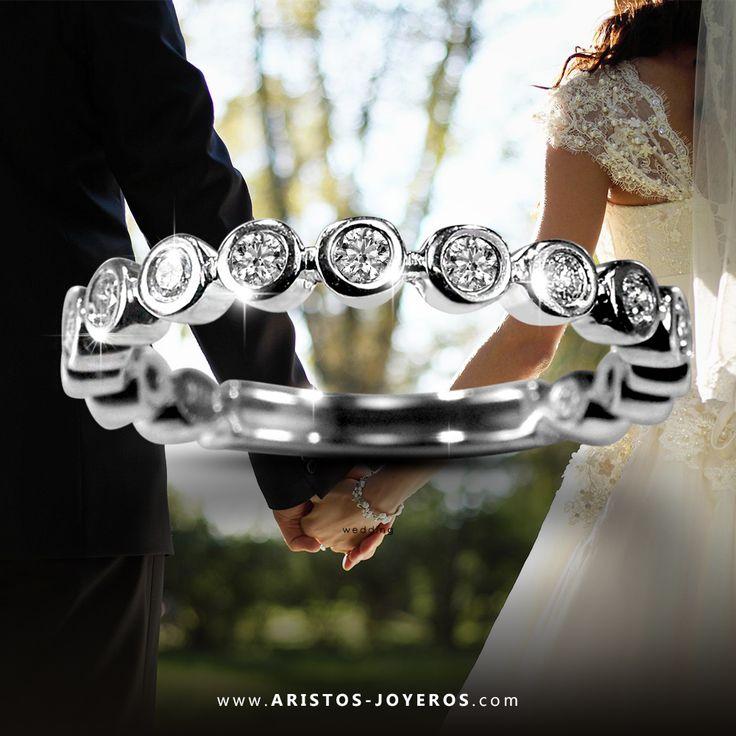 #DiseñoyFabricacion #OroBlanco #Diamantes  Hermosa banda de #Diamantes en bisel, para que la combines con tu anillo de compromiso   Encuentrala solo en Aristos Joyeros