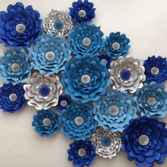 HORA ACTUAL DE PRODUCCIÓN ES APROXIMADAMENTE DE 6 A 8 SEMANAS. Si necesita su pedido cuanto antes, por favor envíe un mensaje y podamos satisfacer sus necesidades.  Conjunto de flores grandes de papel 21  Flores se crean de un pesado calidad tarjeta stock de papel. Cada flor se envía completamente ensambladas. Convo para la disponibilidad de color personalizado.  Este conjunto de 21 flores incluyen: 5-extra grande 14- 16 flores 6 - gran 10- 12 flores Medio de 8 7- 9 flores 2-pequeño 5- 6…
