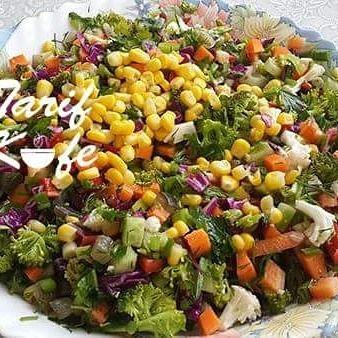 Sebze Karnavalı Salatası Malzemeler: 2 top brokoli 2 adet havuç Mor lahana 5 adet küçük kornişon turşu 1 su bardağı mısır 1 tutam dereotu 1 tutam maydanoz *2 adet salatalık *7 sap taze soğan 2 kafa karnabahar 6 adet brüksel lahanası 2 adet yeşil biber 2 adet kırmızı biber Zeytinyağı Nar ekşisi Limon Tuz Hazırlanışı Kırmızı ve yeşil biberimizi ince ince doğruyoruz. Havuç, salatalık, brokoli, brüksel lahanası, mor lahana, karnabaharı ve turşumuzu minik minik küpler halinde doğruyoruz…