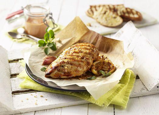Hähnchenbrust in Pergament mit Zitronen-Oregano-Marinade und Paprika-Mayonnaise #hähnchen #hähnchenbrust #chicken #geflügel #gefluegel #grill #grillgenuss #marinade #genuss #rezept