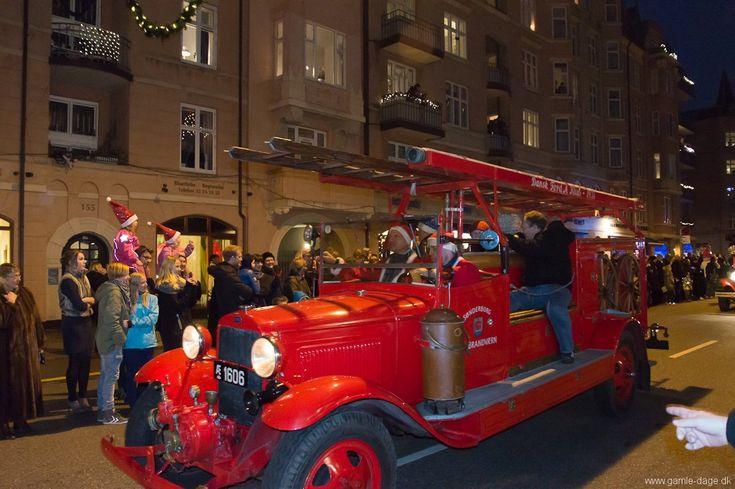 Amputeret juleoptog. Paraden lignede sig selv fra de andre år, og jeg var først lige blevet varmet op, førend der ikke var mere? Men hov!,- hvorfor var paraden i år så lille? Der manglede, som jeg så det, over halvdelen i forhold til de andre år.. Der var ligeså mange mennesker på gaden, eller muligvis flere, men skuffelsen hos nogle var åbenlys, da de så hvor lidt der var gjort ud af det i år.. #Juleoptog #Juleparade #Amagerbrogade