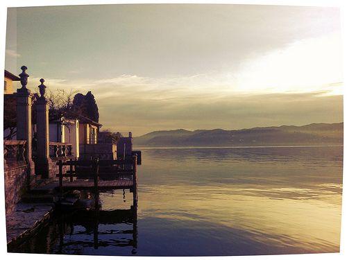 Sul lago d'Orta, da dove le spose fanno il loro ingresso d'estate.