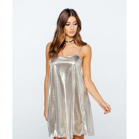 Lækker sølvfarvet kjole til kun 280,- på Stylewear.dk Som altid har vi billig fragt, billlig returnering og tøj og tasker af højeste kvalitet samtidig med prisen er i bund. Se flere billeder af kjolen på stylewear.dk