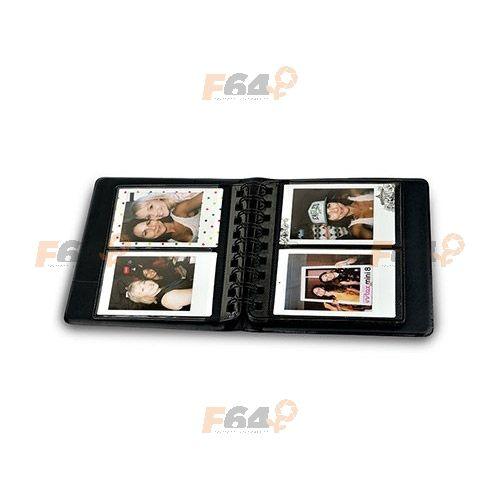 Fujifilm Instax Mini Photo Album are 32 de pagini, fiecare cu cate 2 buzunare pentru fotografii Instax Mini (dimensiune film Instax Mini: 86 x 54 mm).