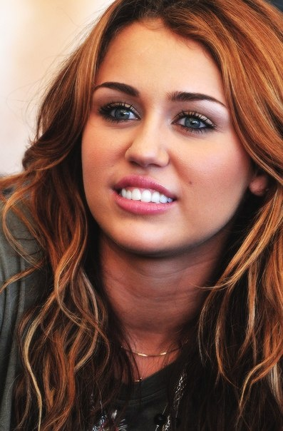 miley cyrus in 2010 love her makeup and hair