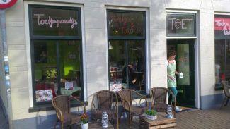 Bakkerij/Winkel/Toetjescafe op de hoek van de Folkingestraat en het Zuiderdiep in Groningen