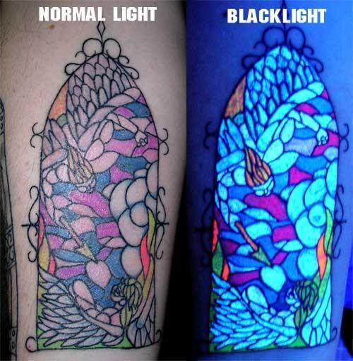 UV tatoeages of blacklight tatoeages zijn tatoeages gemaakt met een speciale inkt die zichtbaar onder een ultraviolet licht (blacklight). Afhankelijk van de inkt, kunnen ze bijna onzichtbaar zijn in...