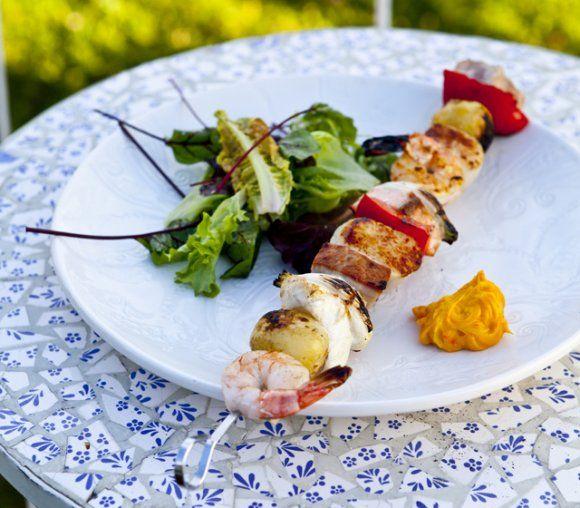 Fisk- och skaldjursspett med saffransaioli | Recept.se