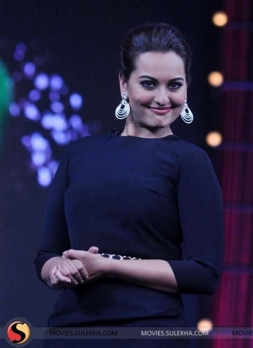 sonakshi-sinha-promotes-r-rajkumar-on-junior-master-chef-stills04.jpg (500×688)