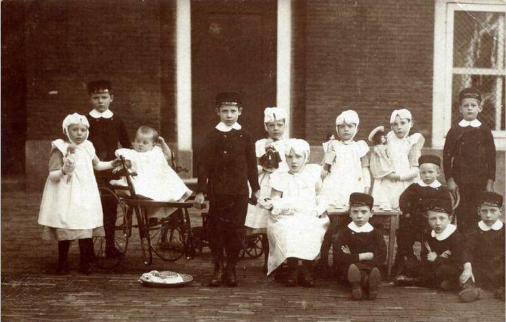 Weeskinderen voor de kinderkamer van het Gereformeerd Burgerweeshuis in de Goudsewagenstraat. Rotterdam kaart 1905 #ZuidHolland #Rotterdam #wezen #gereformeerd