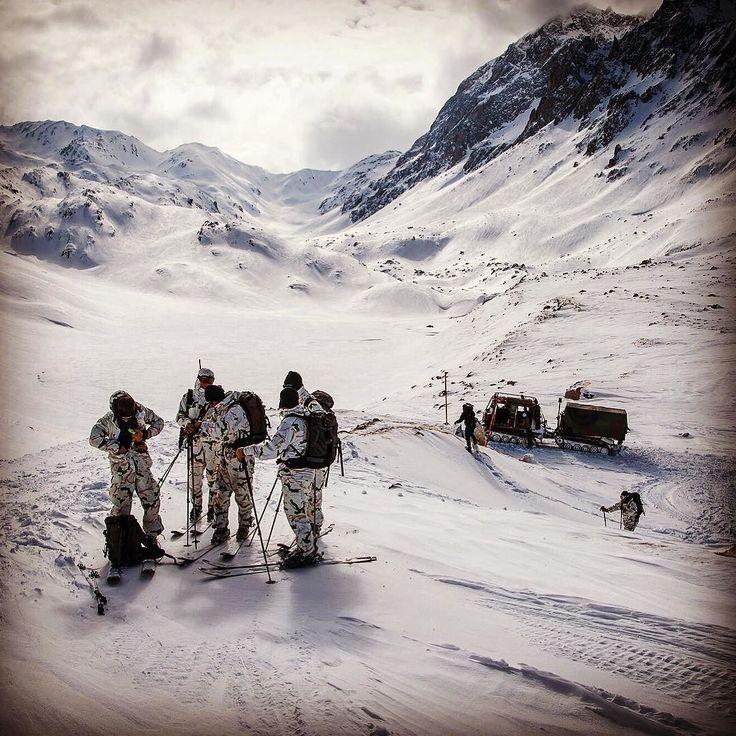 Le jour se lève sur le lac des Mottets en #Savoie  Le #VHM ne pouvant pas manœuvrer plus loin les hommes du groupement d'aguerrissement montagne #GAM décident de poursuivre à #skis  La mission consiste à retrouver d'éventuels survivants suite à une avalanche de #neige Désormais chaque minute est comptée... CCH Guillaume L/armée de Terre  #armeedeterre #defense #defence #soldat #soldier #military #snow #montagne #alpes #alps #outdoor #mountains #skiing