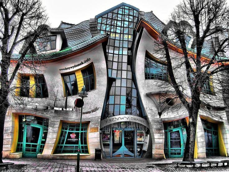 ファンタジーな世界!人間が作った世界の美しい場所。 このねじれた家は、Szotyńscy & Zaleskと呼ばれる2人によってデザインされ、2004年に建設されました。おとぎ話に発想を得て作られたようです。