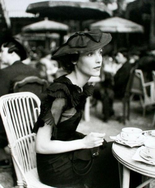 Un café, en la compañía de la recordada Madame Rochas, Paris (1933). Imagen en la lente de Regina Relang.