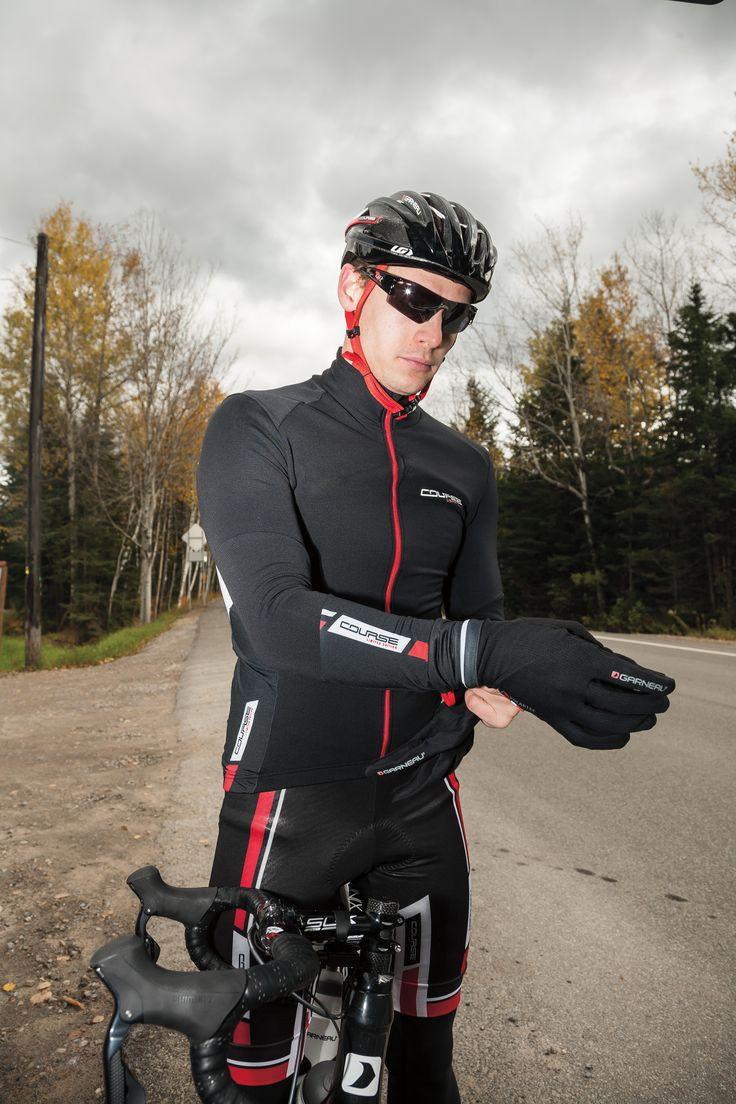 The Course Windpro® LS jersey is made with Light Wind Pro®, a fleece with a very tight construction that blocks wind 4X more than traditional fleece yet is highly breathable, and with Thermasoft 180, a stretch knit that evacuates moisture rapidly and retains air for a high warmth-to-weight ratio.