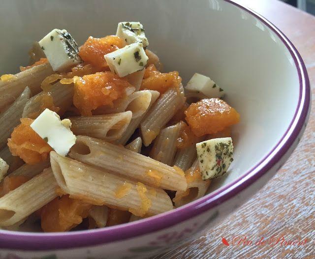 Insalata di pasta integrale con zucca e formaggio fresco marinato