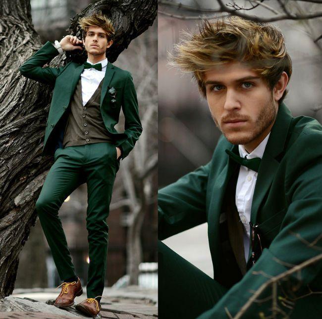 Veste, pantalon et nœud papillon vert foncé, chemise blanche, gilet et chaussures marron avec lacets jaune