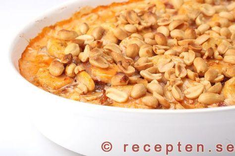 Flygande Jakob - Recept på Flygande Jakob. Gott med kyckling, banan, jordnötter, chilisås och vispgrädde. Bilder steg för steg.