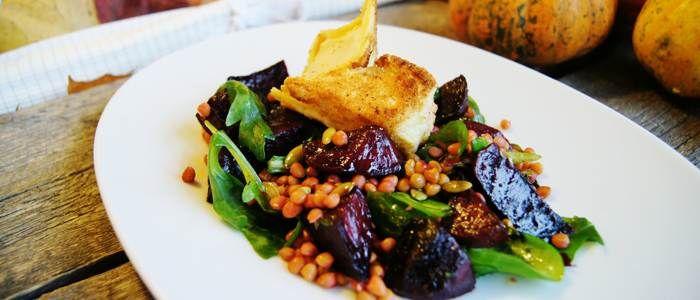 Recept från Lantmännen - Mannagrynspanerad getost med sallad på rödbetor, linser och pumpakärnor