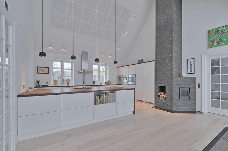 Smukt hvidt køkken i landlige omgivelser fra unoform | Case