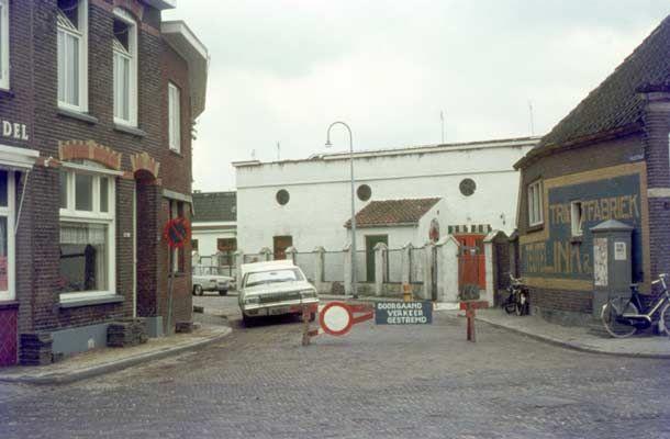 1970. Gezicht op de Kolkstraat, met jongerencentrum Hob Nob. Rechts het voormalige kantoor van textielfabriek Teutelink. Op de voorgrond Tuinstraat.