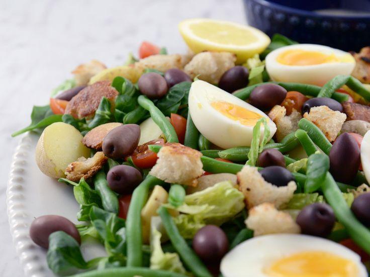Matig sallad med ägg, potatis och surdegskrutonger | Recept från Köket.se