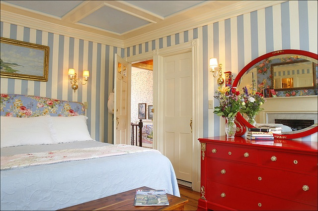 Nantucket room: Century House, Beds And Breakfast, Beaches House, Red Dahlias, Nantucket Islands, Nantucket Rooms, Nantucket Beds, Red Dressers, Photo