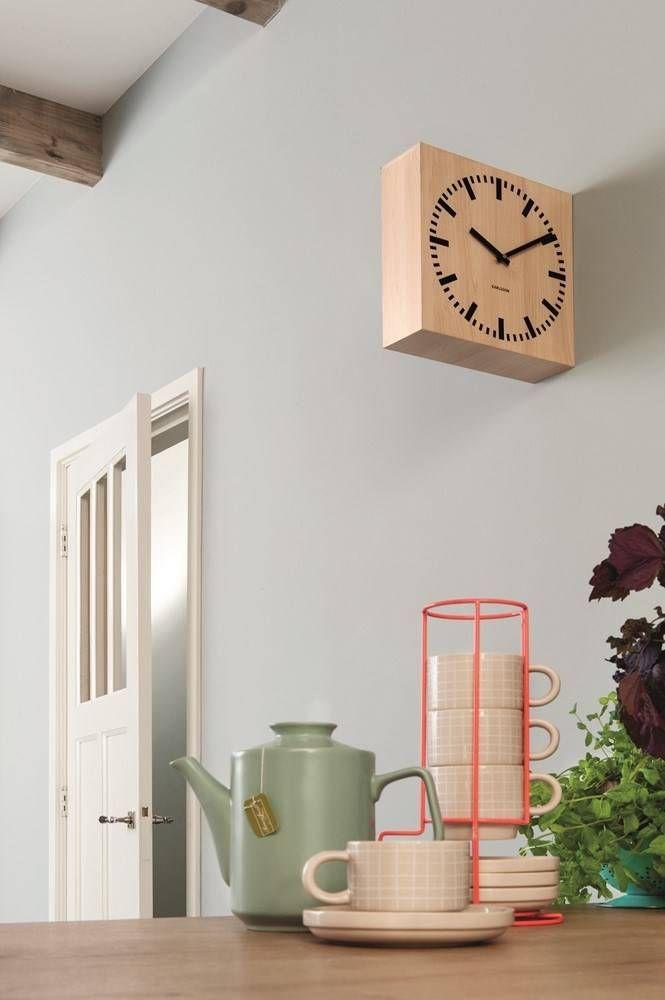 De stationsklok is twee kleuren leverbaar namelijk licht en donker hout. De klok is gemaakt van mdf en is 30x30x10cm.: