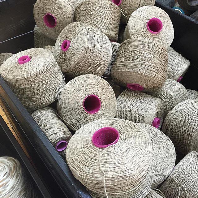 Jag knyter om varje ullgarnshärva med ett par ändar av linmattvarp innan färgningen. På så vis undviker jag trassel och härvorna blir lättare att hantera i det heta badet. En gång om året åker jag till Kasthalls mattfabrik och köper nytt eftersom trådarna inte kan återanvändas då det kan vara färgpigment kvar i tråden som ger en fläck på nästa härva.