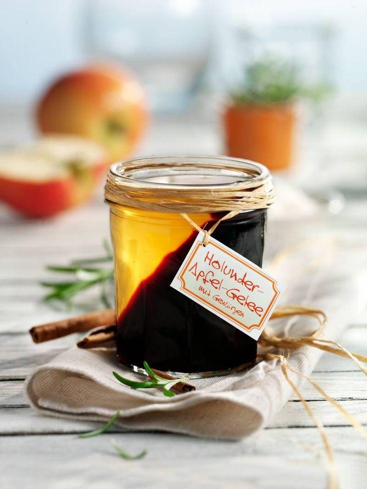 Das Apfelgelee wird mit Zimt verfeinert, das Holundergelee mit Rosmarin – schmeckt besonders und sieht toll aus! #Gelee #Apfel #Holunder #Hollerbeeren #Frühstück #Rezept