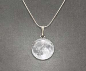 Moon Necklace: Luna Colgant, Baileys Wear, Gifts Cards, Moon Pendants, 500 Gifts, George Baileys, Pretty Things, Moon Necklaces I, The Moon