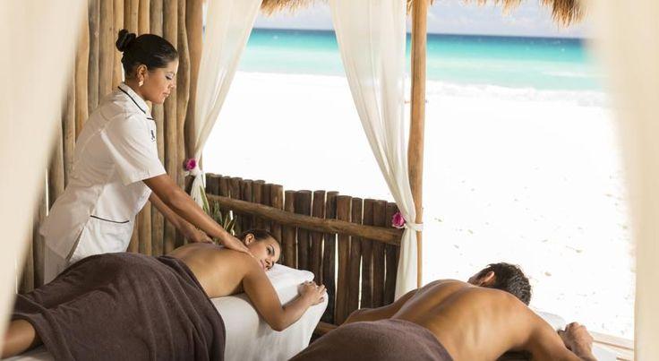 Este elegante hotel 4 estrellas familiar CasaMagna Cancun Marriott Resort se encuentra en la playa y está rodeado por el mar Caribe.