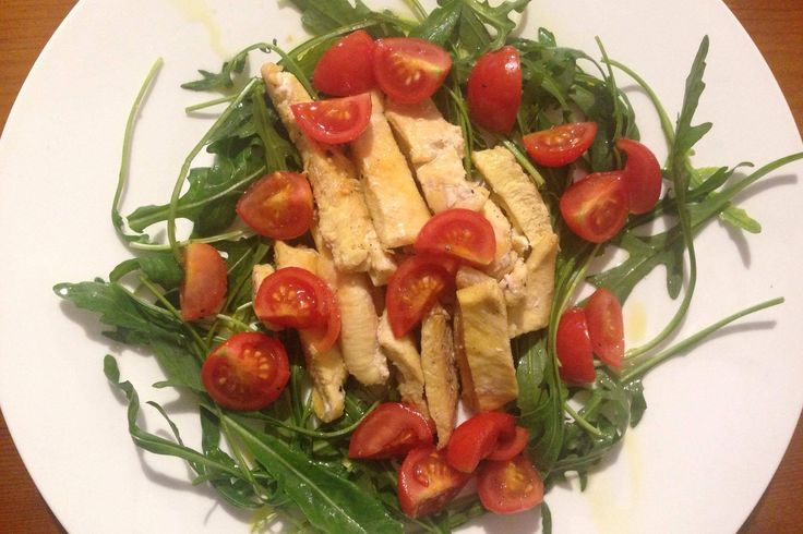 La tagliata di pollo con pomodorini e rucola è un secondo piatto molto leggero e facilissimo da preparare, ideale per pranzi veloci o fuori casa in ogni stagione dell'anno. Ecco la ricetta