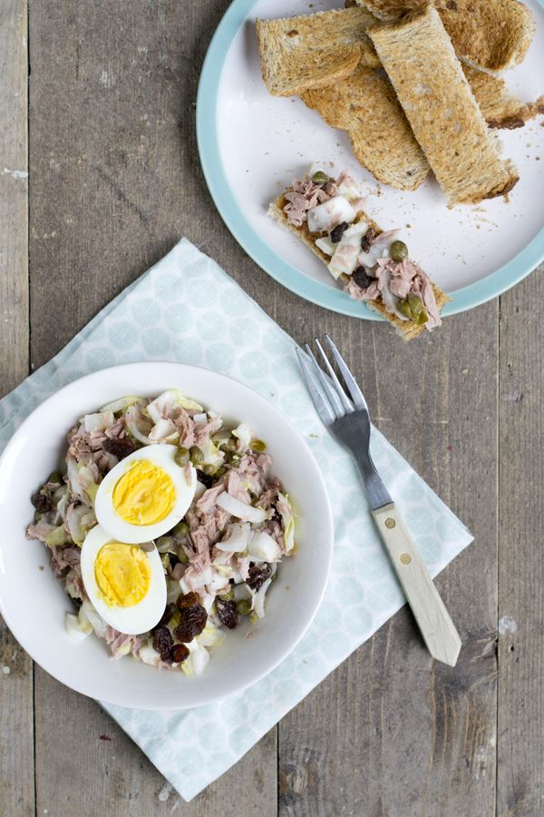 Vandaag doen we iets anders met witlof dan jullie van me gewend zijn. Geen witlof met ham en kaas uit de oven (zoals deze recepten) maar rauwe witlof. Witlofsalade met tonijn. Dit recept is eerlijk gezegd een compromis. Ik wilde iets eten met rauwe witlof. Mijn vriend houdt niet van rauwe witlof, maar wel van... LEES MEER...