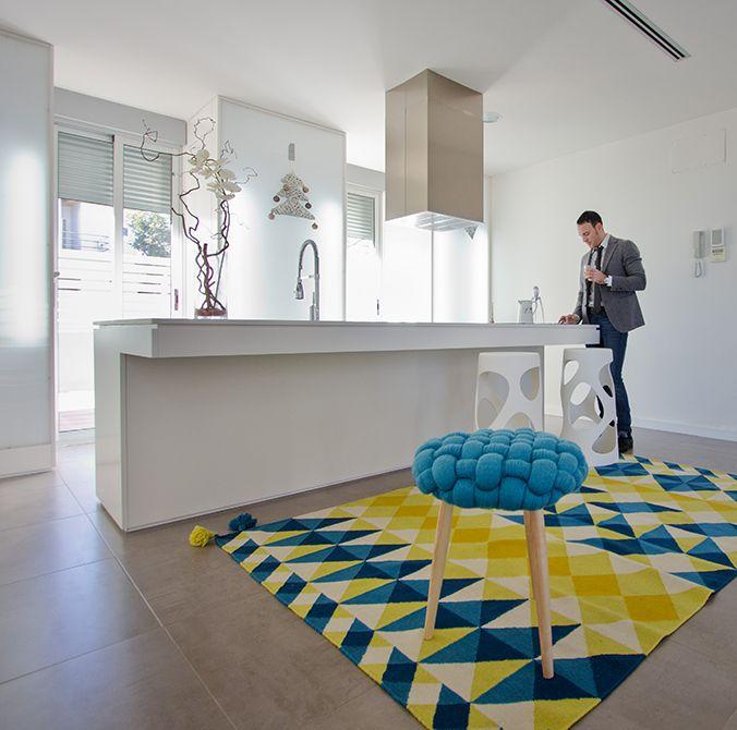 Cocina blanca moderna con isla central en casa minimalista | Chiralt Arquitectos Valencia. #cocina #isla #moderna #ventanales