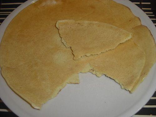 Ricetta facilissima, per fare una sorta di piadina che potrebbe essere definita come una crepe un po' più spessa del normale, realizzata con farina di ceci. Procedimento: 1) In una terrina sbattete le uova, la farina, l'acqua (deve risultare  un impasto della stessa consistenza di quello per i pancake) aggiungete il sale. 2) Mettete un…