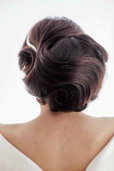 まとめたシニヨンにトップ、サイドの毛を美しい毛流れが出るよう留めて完成です。  ■お問い合わせ先 ラ・クチュール ヨシエ tel.03-5457-30...