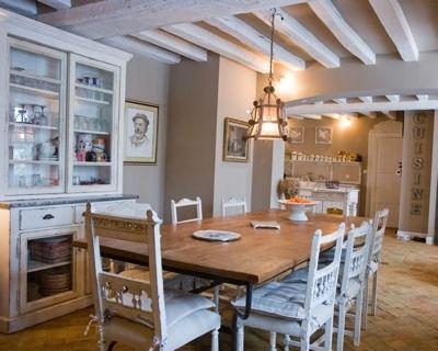 cuisine avec poutres peintes en blanc