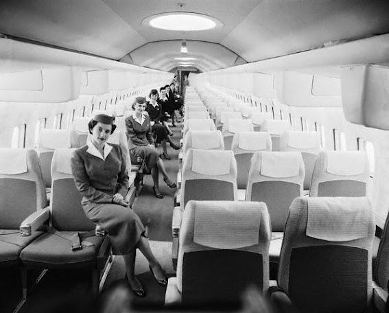 Foto Vintage en el interior de un vuelo comercial. 1956 come fly with me