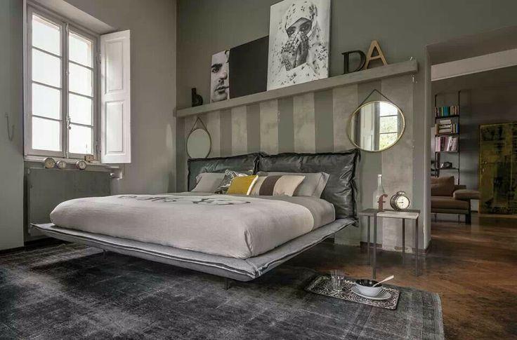 Parete dietro il letto con mensola