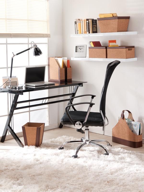 Tendrás un escritorio organizado utilizando repisas, cajas y canastos. Además el color blanco pasa la sensación de limpieza y orden. #escritorio #decoracion #moderna www.easy.cl