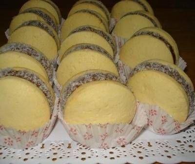 Alfajores de maizena  con dulce de leche y coco rallado