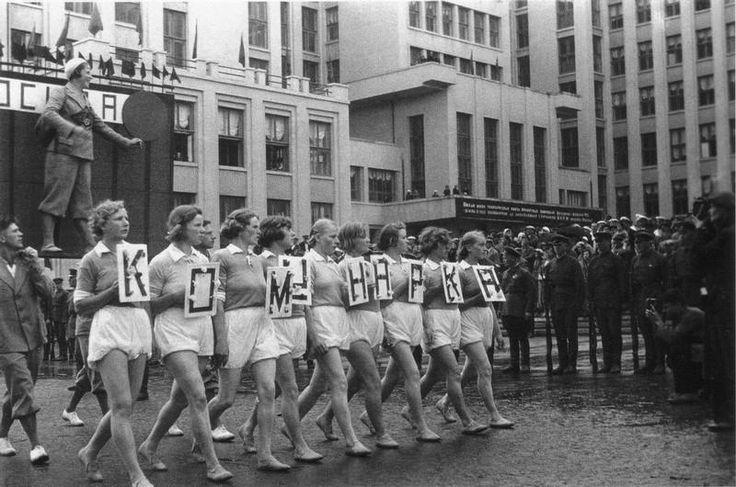 """Комунарка"" на параде-workers of Komunarka factory on parade"